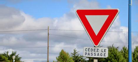 Panneaux d'intersection et de priorité